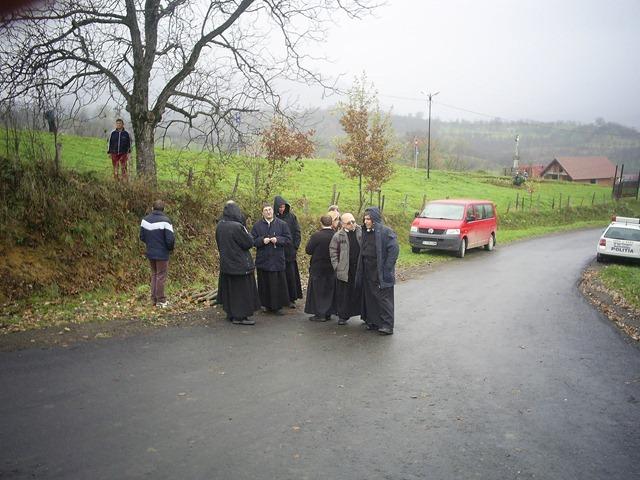 2013-11-07 - calugari greco-catolici asteptand sa intre in manastire1